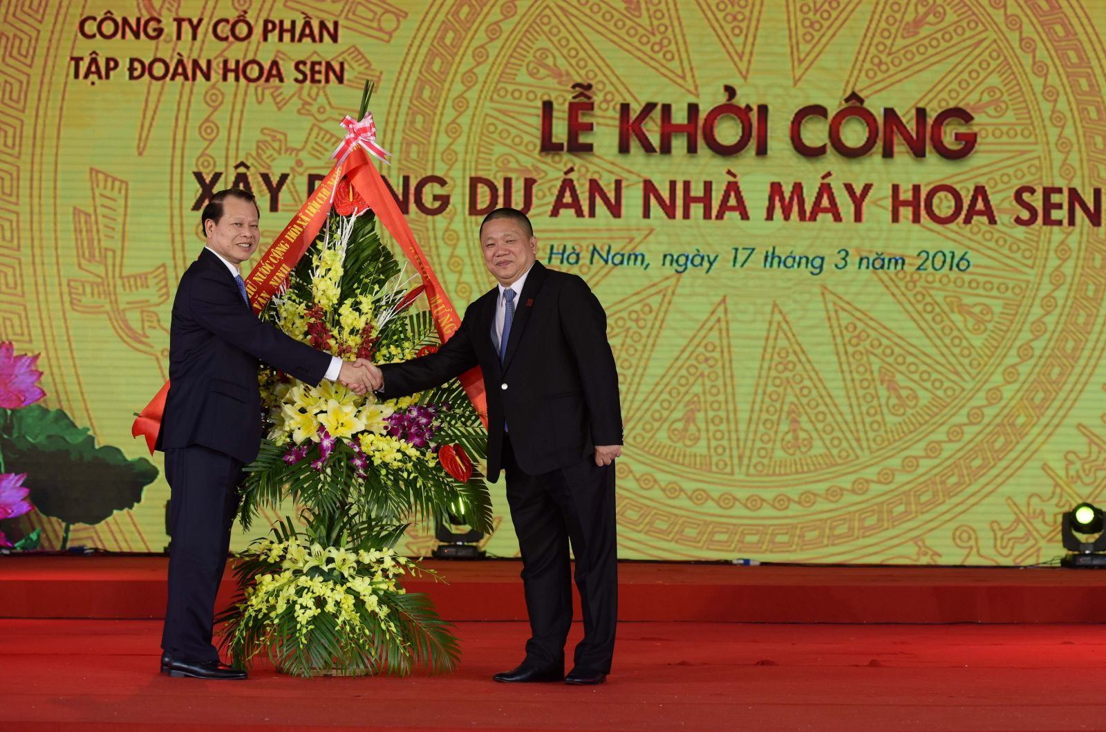 Deputy Prime Minister Vu Van Ninh and Mr. Le Phuoc Vu, CEO of Hoa Sen Group
