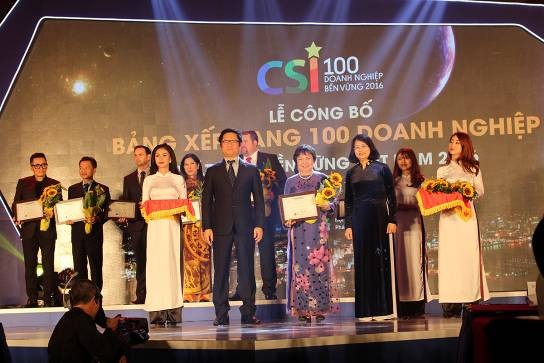 Ms. Cao Thi Ngoc Dung (middle), General Director of PNJ, receives a certificate for being in the Top 100 most sustainable Vietnamese companies