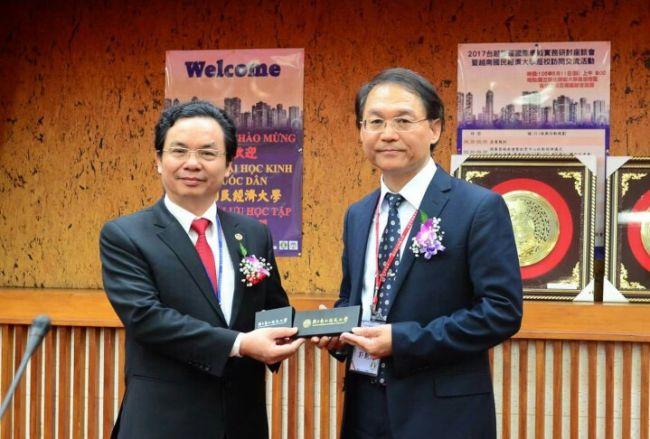 Associate Professor Hoang Van Cuong, Vice President of NEU (left)
