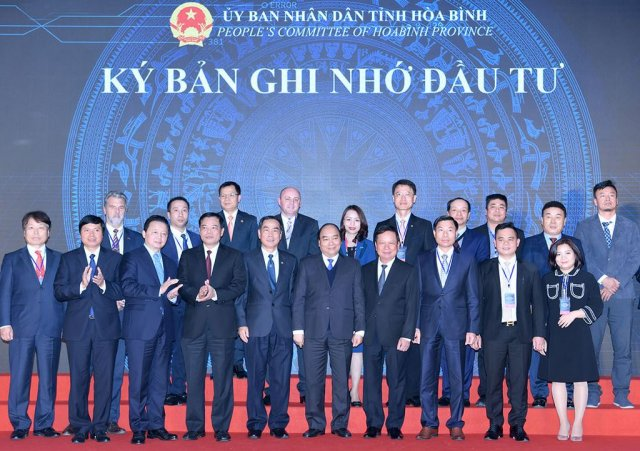 Prime Minister Nguyen Xuan Phuc (front, 6th from left) at the event (Photo: Phu My Group)