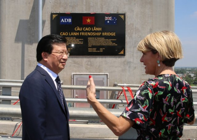 Deputy Prime Minister Trinh Dinh Dung (L) and Australian Foreign Minister Julie Bishop at the event (Photo: VGP)