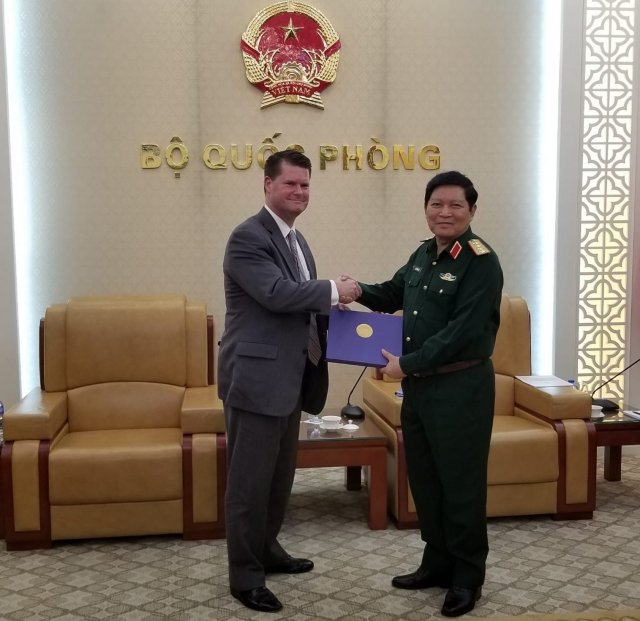 Defence Minister Gen. Ngo Xuan Lich (R) met with Mr. Randall G. Schriver in Hanoi on Oct. 4 (Photo: US Embassy)