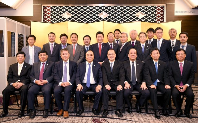 PM Nguyen Xuan Phuc (front, 4th from left) meets with representatives of Japanese financial firms in Tokyo on Oct. 9 (Photo: VGP)