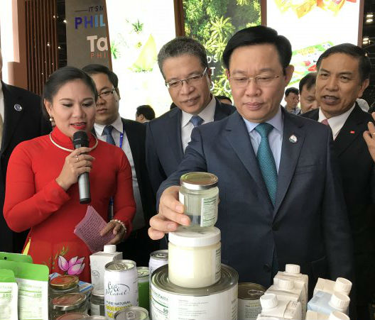 Deputy Prime Minister Vuong Dinh Hue (front, right)  visits the Vietnamese pavilion at CAEXPO 2018 (Photo: Hari Van)