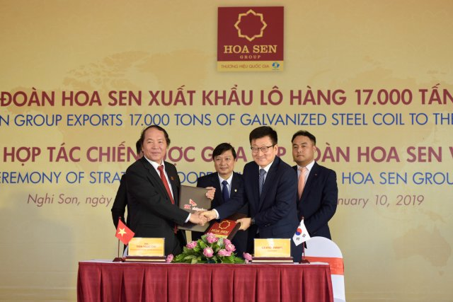 Mr. Tran Ngoc Chu (front row, left), Standing Vice Chairman of Hoa Sen Group's  Management Board, and Mr. Euikyun Hwang (front row, right), Chairman of SK Shipping, at the signing ceremony on January 10 (Photo: Hoa Sen Group).