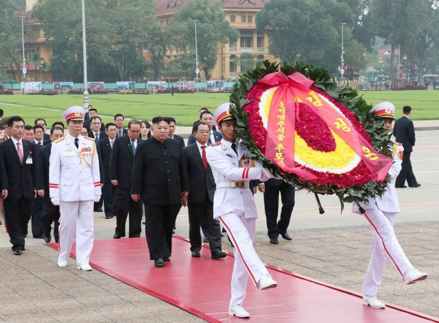 Chairman Kim Jong-un laid a wreath at President Ho Chi Minh Mausoleum on the morning of March 2 (Photo: VNA)