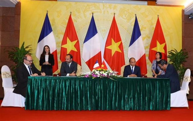 Prime Minister Nguyen Xuan Phuc (R) and his French counterpart Edouard Philippe witness the signing of cooperation agreements between the two countries on November 2 (Photo: VNA)