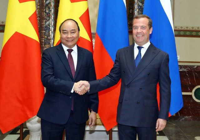 PM Nguyen Xuan Phuc (L) and PM Dmitri Medvedev before their talks in Moscow on May 22 (Photo: VNA)