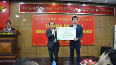 Toyota Vietnam Foundation grants scholarships to students in Lang Son