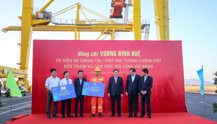 Tan Long presents new year's gift of rice to workers at Tien Sa Port