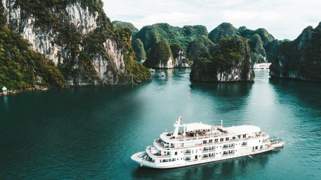 Ha Long Bay to ban plastic products on tourist vessels